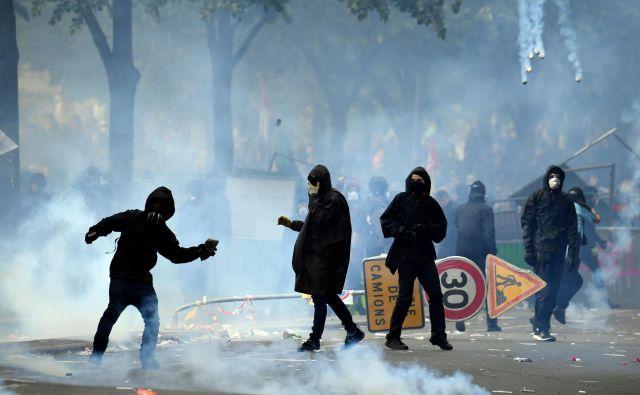 Nasilneži so izkoristili proteste, da so se spopadli s policisti in uničevali okolico. FOTO: AFP