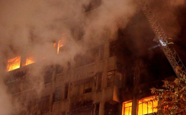 Oblasti ne vedo, koliko ljudi je bilo v času požara v stavbi. FOTO: Stringer/Reuters