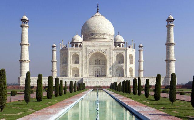 Razkošni mavzolej je dal v 17. stoletju zgraditi mogulski šah Džahan za svojo perzijsko ženo, ki je umrla pri porodu 14. otroka. Od leta 1983 je Tadž Mahal na seznamu Unescove svetovne dediščine kot »dragulj islamske arhitekture«. FOTO: Akshay Patel/Getty Images/istockphoto