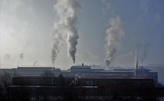 Leta 2016 je tako zaradi onesnaženega zraka na prostem umrlo 4,2 milijona ljudi, še 3,8 milijona pa jih je izgubilo življenje zaradi onesnaženega zraka v gospodinjstvih. FOTO: Delo