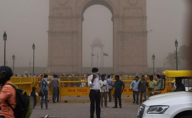 Peščeni vihar v New Delhiju FOTO: Chandan Khanna/AFP
