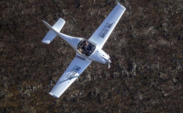 Matevž Lenarčič na letu prek Azije z ultralahkim letalom znova meri črni ogljik.