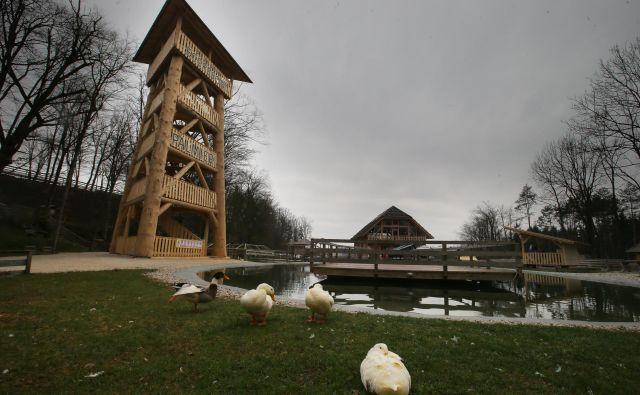Lesenenemu stolpu investitor pravi lovska opazovalnica, a za inšpektorje je razgledni stolp, ki bi potreboval gradbeno dovoljenje, vendar ga nima. FOTO: Jože Suhadolnik/Delo