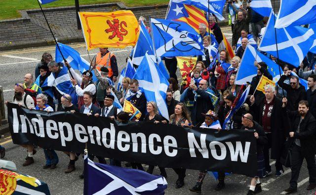 Organizatorji vsakoletne prireditve, društvo Vsi pod eno zastavo, ocenjujejo, da se je petkilometrskega pohoda udeležilo okoli 60.000 ljudi. FOTO: Andy Buchanan/AFP