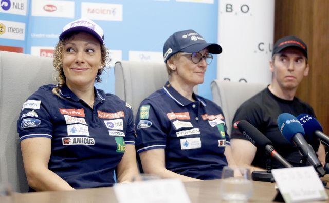 Mama Ilke Štuhec Darja Črnko (v sredini) bo v prihodnje še naprej vodja ekipe Ilke Štuhec (levo), servis pa prepušča izkušenemu Alešu Sopotniku (desno). FOTO: Roman Šipić/Delo