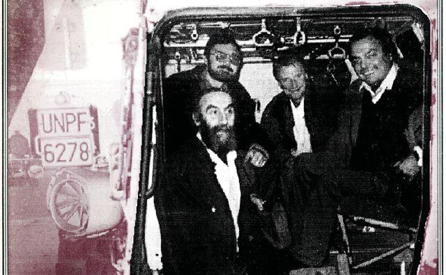 FOTO: osebni arhiv Borisa A. Novaka/ Josip Osti, Boris A. Novak, Niko Grafenauer in Drago Jančar v oklepnem vozilu z registrsko oznako UNPF 6278; fotografija je z naslovnice Zore Cankarjeve, revije za kulturo in družbena vprašanja.