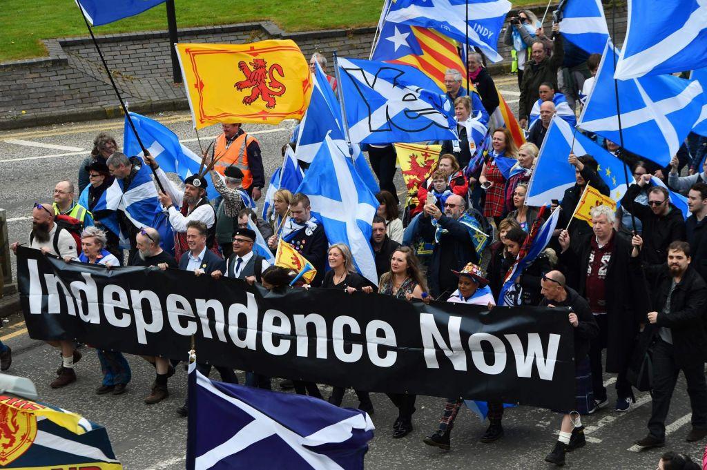 Na demonstracijah za neodvisnost Škotske več deset tisoč ljudi