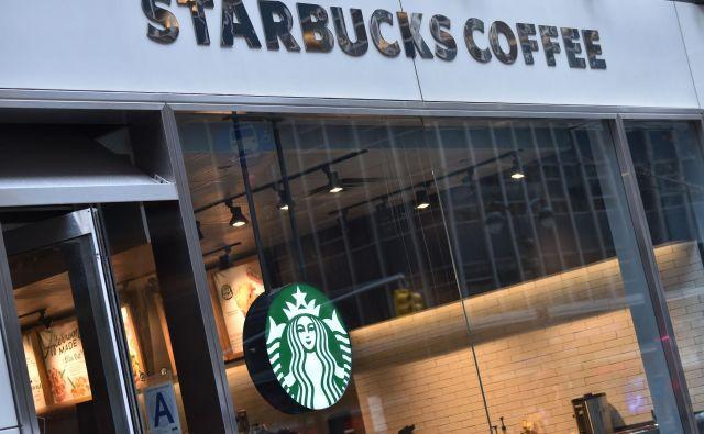 Starbucksova prodajalna FOTO: Hector Retamal/AFP