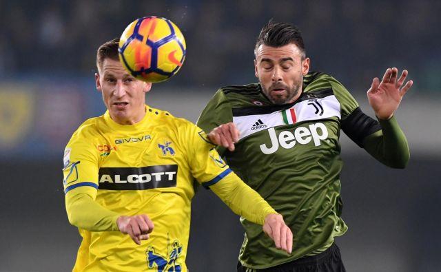Valter Birsa (desno) je v tej italijanski sezoni zabil dva gola in prispeval sedem podaj za gol. Šempetrčan igra na »škornju« od leta 2011.