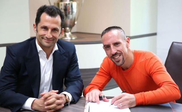 Hasan Salihamidžič in Franck Ribery ob podaljšanju pogodbe. FOTO: FC Bayern
