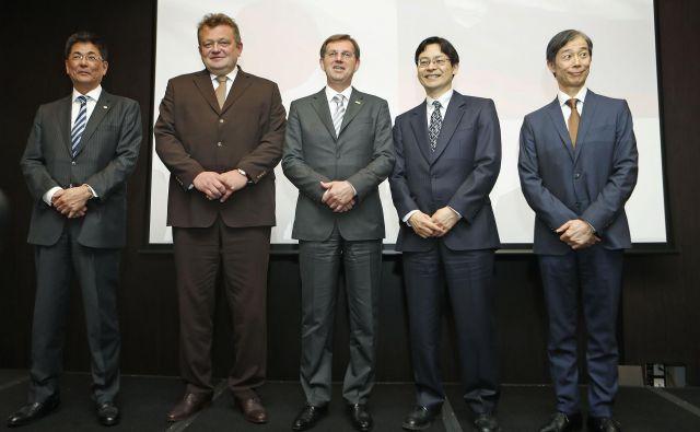Katsuya Nagano (Hitachi), Aleksander Mervar (Eles), Miro Cerar, Takaši Omote (NEDO) in Keiji Fukuda (veleposlanik Japonske).