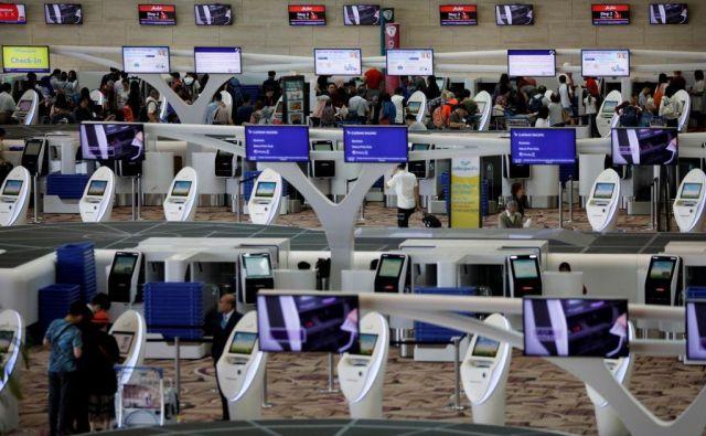 Naprave za avtomatsko prijavo potnikov na enem od singapurskih letališč. FOTO: Reuters/