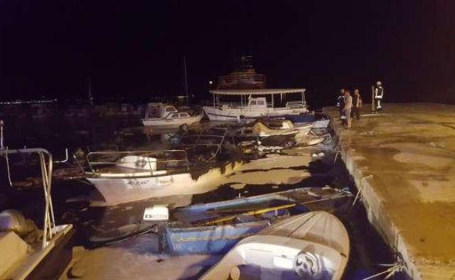 V mestnem pristanišču v Svetem Filipu in Jakovu nedalec od Zadra je v torek zgodaj zjutraj zaradi tehnicne okvare na plovilu slovenskega drzavljana zgorelo sedem plovil. FOTO: Hina