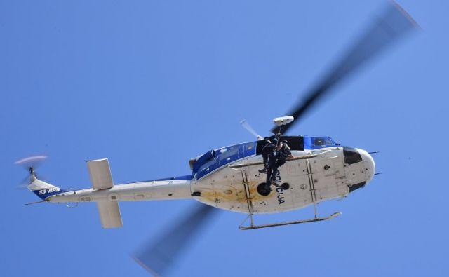 Poleti s policijskim helikopterjem maja, junija in septembra 2016 naj bi bili protiusluga za operativni poseg mimo čakalne vrste. FOTO: Oste Bakal