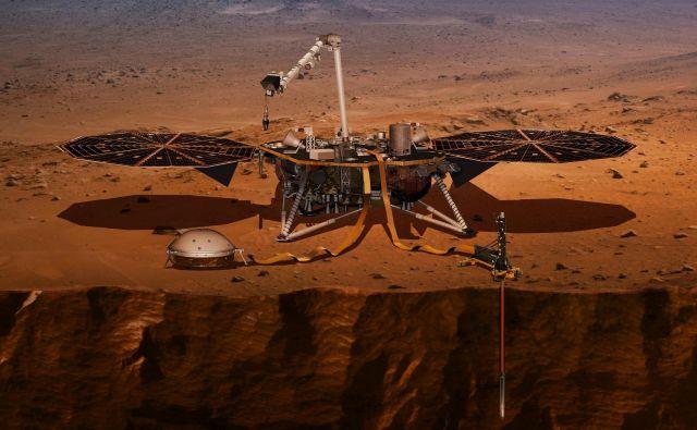 Na Nasini ilustraciji sonda opravlja meritve z vrtalno napravo, ki bo prodrla do pet metrov pod Marsovo površje.