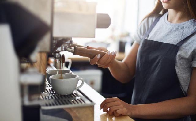 Dokler nam bo kavo postregel razočaran študent, zaposlen kot prekarec, je blaginja le navidezna. FOTO: Shutterstock