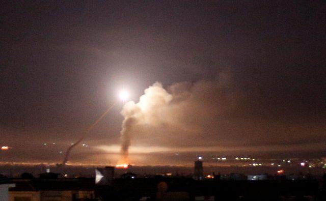 Protiletalska obramba v Damasku. FOTO: Omar Sanadiki/Reuters