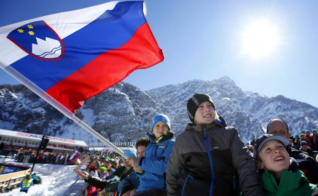 Planica se ponaša z bogato tradicijo prirejanja finala svetovnega pokala v smučarskih skokih, ki vedno pritegnejo množico gledalcev. FOTO: Matej Družnik