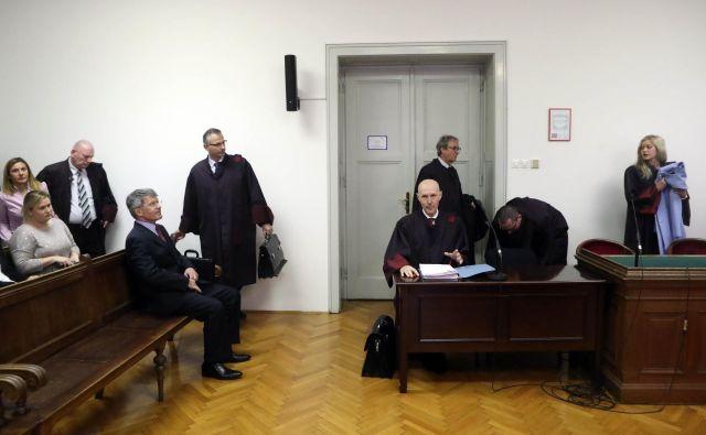 Francu Krambergerju, Mirku Krašovcu, Ivanu Fermetu in Stanislavu Valantu sodijo zaradi zlorabe položaja.