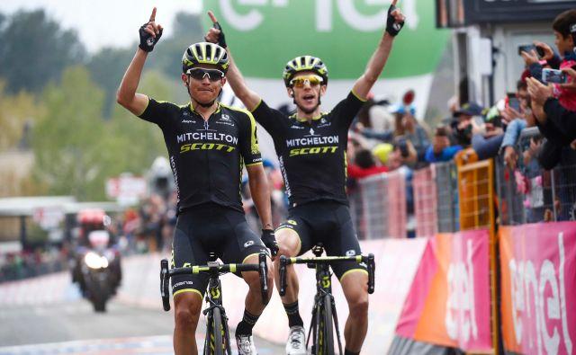 Esteban Chaves (levo) in Simon Yates sta dosegla prvo dvojno ekipno zmago na Giru po letu 2008, ko je to na prelazu Fedaia uspelo Emanueleju Selli in Domenicu Pozzovivu, takrat kolesarjema ekipe CSF Bardiani.FOTO: Luk Benies/Afp