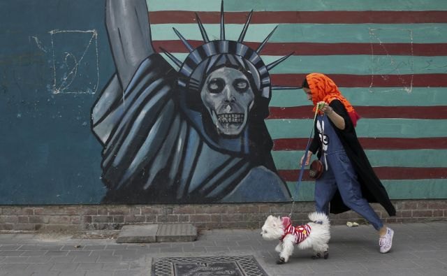 Trump je v torek uresničil svojo predvolilno obljubo in kljub pozivom zavezniških držav sporočil, da se ZDA umikajo iz iranskega jedrskega sporazuma, ki so ga ZDA leta 2015 podpisale skupaj z Veliko Britanijo, Francijo, Nemčijo, Rusijo in Kitajsko. FOTO: Vahid Salemi/AP