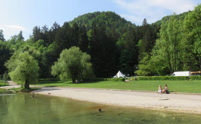Občina Bled je Savi Turizem zelenico v Veliki Zaki oddala v najem za vsega 2000 evrov na leto. FOTO: Blaž Račič/Delo