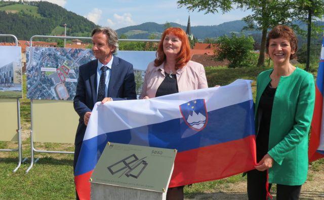 Odkritje temeljnega kamna: slovenjgraški župan Andrej Čas, direktorica šolskega centra Gabrijela Kotnik in ministrica Maja Makovec Brenčič. FOTO: Mateja Kotnik