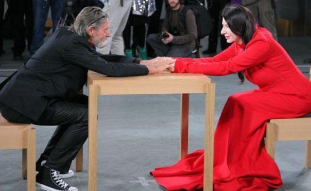 Ulay je leta 2010 med retrospektivo Marine Abramović v newyorškem muzeju MoMA po desetletjih brez srečanj prisedel k njeni mizi. Emotivne podobe srečanja s solzami in »stoječimi ovacijami« so obšle svet. FOTO: Twitter