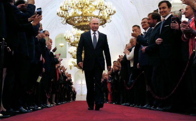 Ruski predsednik Vladimir Putin je v ponedeljek začel četrti predsedniški mandat. Njegova vladavina največji državi sveta bo obsegala leta od 2000 do (najmanj) 2024. FOTO Reuters