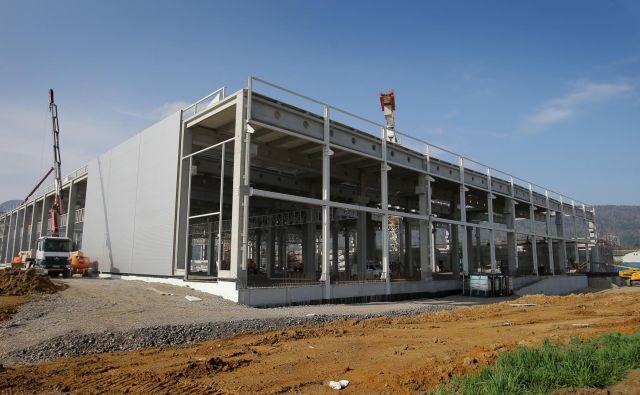 Nov obrat naj bi postavili ob tovarni robotov, ki jo japonska korporacija gradi od lanske jeseni.