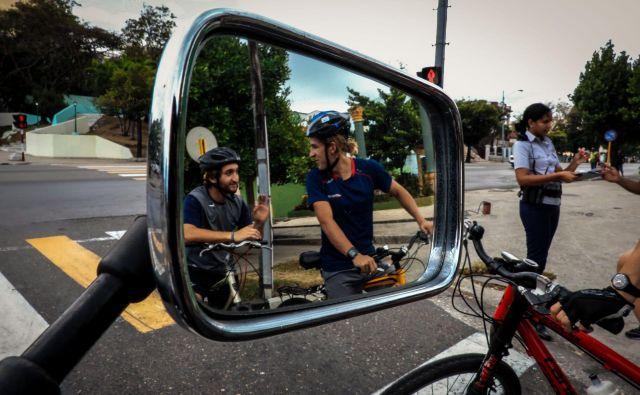 V analizi nesreč iz leta 2017 so na agenciji ugotovili, da se je več kot 80 odstotkov prometnih nesreč z udeležbo kolesarjev zgodilo znotraj naselij. FOTO: Adalberto Roque/AFP