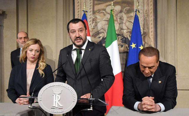 Medtem ko so voditelji Petih zvezd in Lige dosegli dogovor o programskih usmeritvah prihodnje vlade, je Silviju Berlusconiju sodišče odpravilo prepoved političnega udejstvovanja v obliki volilne kandidature. Z leve predsednica stranke Bratje Italije, ki je povezana z Ligo, Giorgia Meloni, in vodja Lige Matteo Salvini. FOTO: AFP