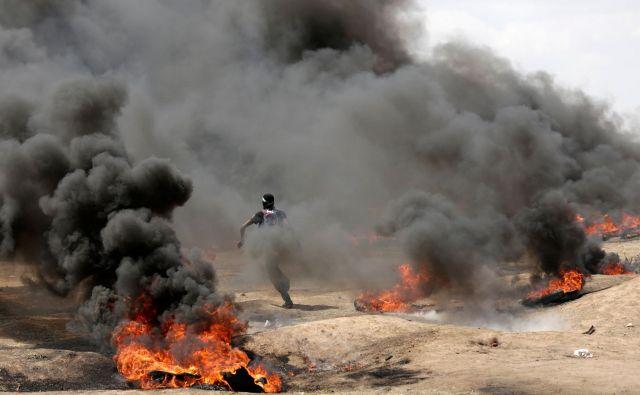 Spopadi so izbruhnili nekaj ur pred tem, ko so ZDA popoldne slovesno odprle svoje veleposlaništvo v Jeruzalemu.FOTO: Mahmud Hams/AFP