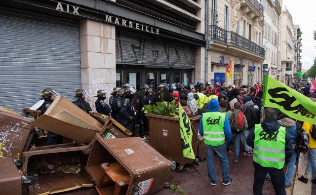 Študentje in stavkajoči želežničarji v Marseillu FOTO: Bertrand Langlois/AFP