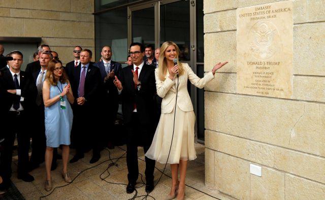 Hči ameriškega predsednika Ivanka Trump in minister za finance Steven Mnuchin med odprtjem veleposlaništva v Jeruzalemu. FOTO: Ronen Zvulun/Reuters