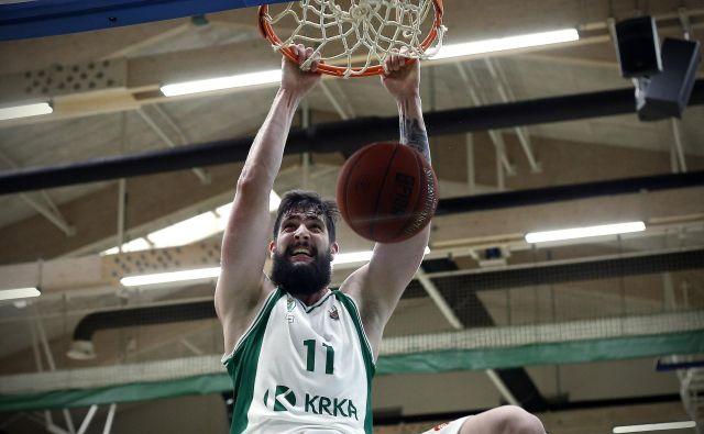 Žiga Dimec je k zmagi Krke prispeval 11 točk in 6 skokov. Foto Blaž Samec/Delo