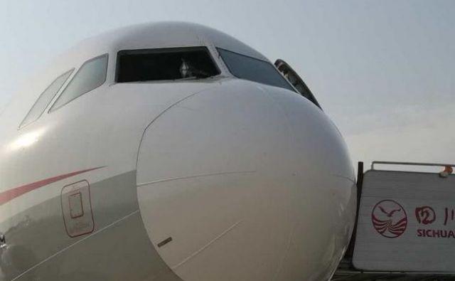 Desno vetrobransko steklo je med letom izpadlo. FOTO: Twitter/China Aviation Review