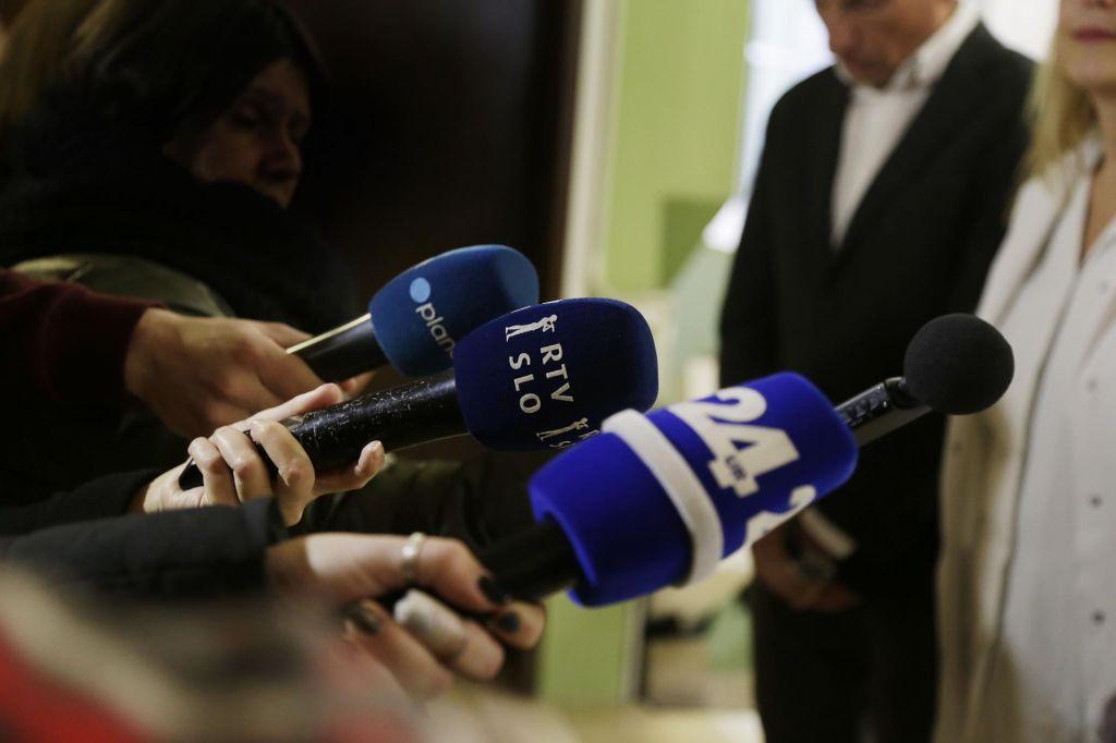 Novinar politik ne bi smel nastopati v dveh vlogah