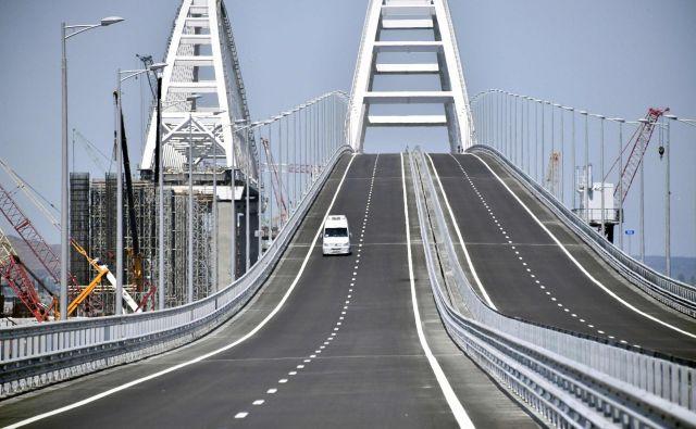 Prihodnje leto naj bi dokončali še železniški del mostu. FOTO: Alexander Nemenov/AFP
