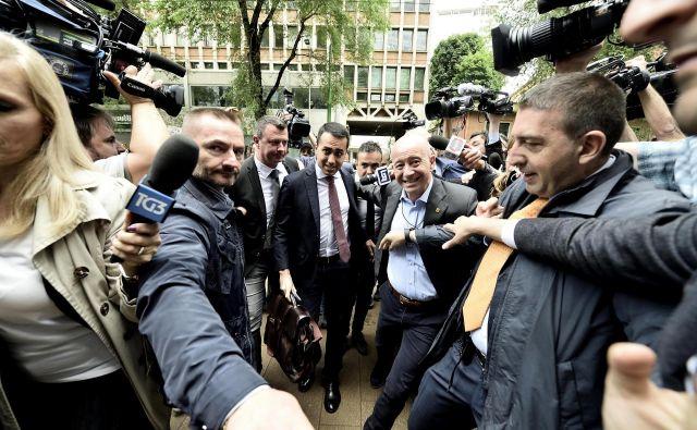 Vodja Gibanja 5 zvezd Luigi Di Maio na poti na pogajanja z Matteom Salvinijem o oblikovanju skupne vlade. FOTO: AP