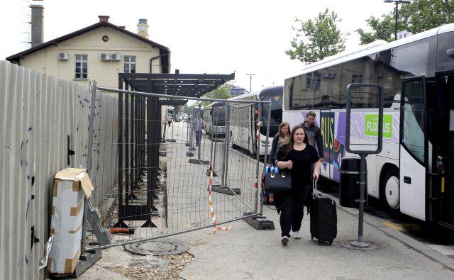 Gradnja novih nadstreškov na glavni avtobusni postaji naj bi bila končana do petka. FOTO: Roman Šipić/Delo