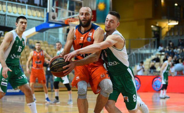Domen Bratož (št. 8) je prekosil izkušenega Nebojšo Joksimovića (z žogo). Levo Marko Jošilo. Foto ABA