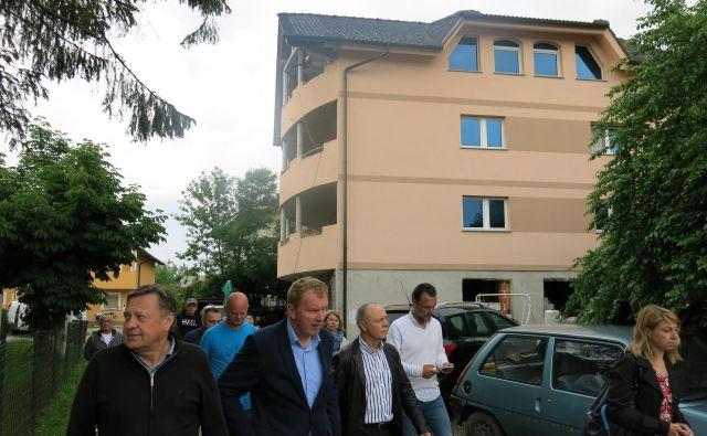 Terenski ogled črnih gradenj v Tomačevem, predvidenih za legalizacijo, pod vodstvom župana Zorana Jankovića. FOTO: Janez Petkovšek