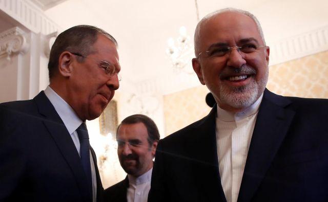 Ruski zunanji minister Sergej Lavrov in iranski zunanji minister Mohamed Džavad Zarif med njunim srečanjem v Moskvi. FOTO: Maxim Shemetov/Reuters