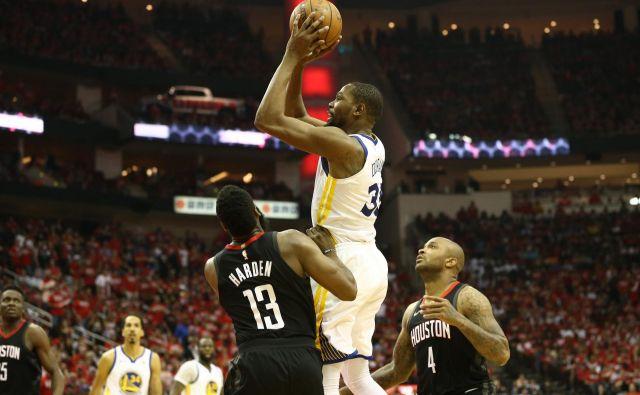 Tudi James Harden je lahko le opazoval šov Duranta. FOTO: Troy Taormina/Usa Today Sports