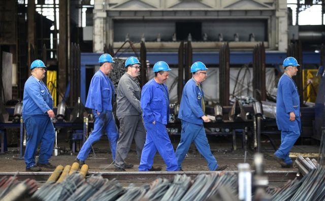 O dvigu plač in drugih zadevah se bodo uprava in sindikati spet dogovarjali ta mesec. FOTO: Tadej Regent/Delo