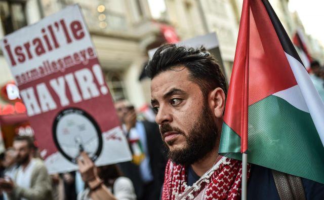 Protesti sledijo ponedeljkovem nasilju, ko sona območju Gaze ob meji z Izraelom izraelske sile ubile 60 Palestincev. FOTO: Ozan Kose/AFP