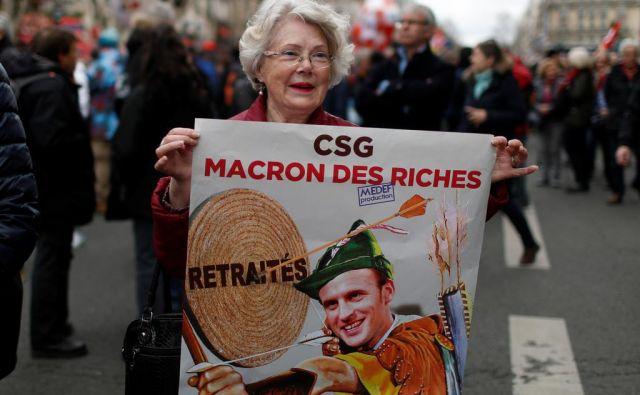 Protestnica na demonstracijah proti dvigu davkov v Parizu FOTO: Reuters