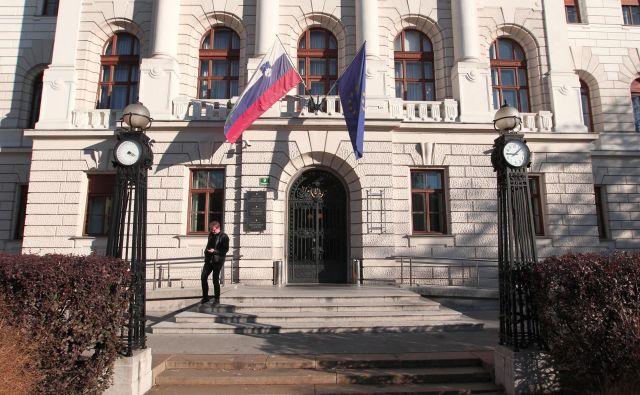 V palači na Tavčarjevi domujejo tri sodišča.