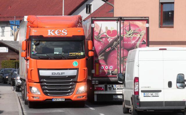Tovornjaki izpustijo četrtino emisij prometa. Foto Dejan Javornik
